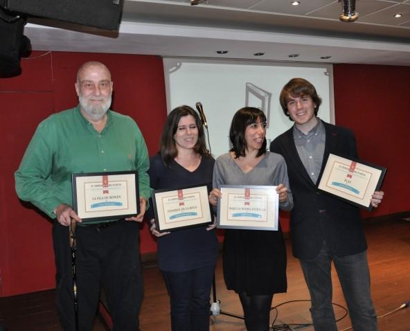 Foto de familia de los premiados con César Mallorquí